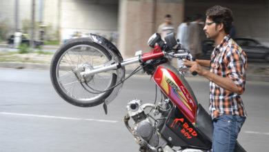 Photo of عید الفطر کے تہوار پر بھی جی ٹی روڈ سمیت سڑکوں پر ون ویلنگ کا خطرناک کھیل جاری رہا