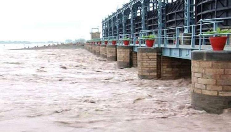 Photo of منگلا ڈیم 5 سال بعد بپھر گیا، ڈیم سے 1لاکھ 25 ہزار کیوسک پانی دریائے جہلم میں چھوڑ دیا گیا