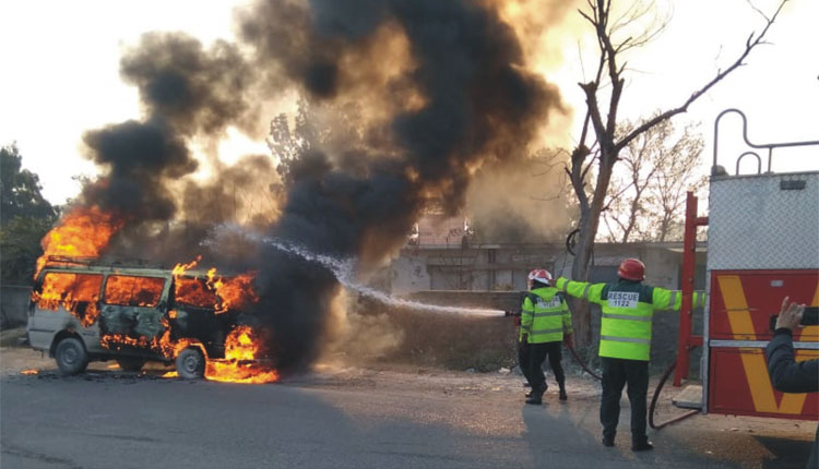 Photo of منگلا پل کے قریب مسافر وین میں آتشزدگی، ایک مسافر زخمی