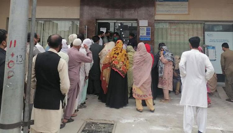 Photo of ضلع جہلم میں قائم بینکوں کی انتظامیہ نے کورونا ایس او پیز کی دھجیاں اڑا دیں