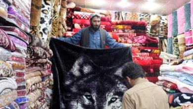 """Photo of جہلم شہر میں گرم کمبل مہنگے ہونے کے باعث شہری قیمتیں سن کر """"ٹھنڈے"""" پڑنے لگے"""